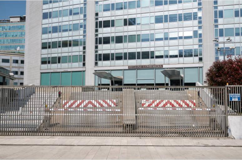 ingresso del grattacielo Pirelli Milano