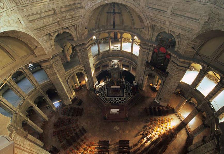 veduta dall'alto degli interni della Basilica di San Lorenzo Maggiore Milano